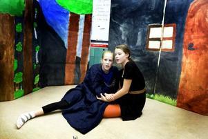 """INLEVELSE. Carolin Lindgren och Matilda Myllykoski spelar sina roller som Jonatan och Skorpan i """"Bröderna Lejonhjärta"""" med inlevelse. De har jobbat med pjäserna (även """"Rasmus på luffen"""" spelas) nästan hela hösten, gjort dekorer, övat, sjungit och fixat käpphästar att rida på."""