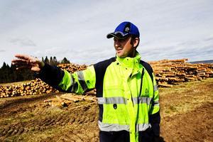 I år går det bara att ta reda på det nedblåsta virket. Nästa år blir det dags att ta ned övrig skog som är i riskzonen förklarar Magnus Wikström, produktionschef på SCA Skog.