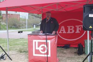 Lars Lindgren håller tal.