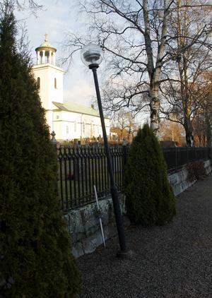 Vid renoveringen av grusgångarna så kommer även belysningen på kyrkogården att förbättras.