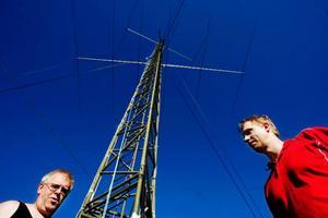 Via sitt antennät som finns  i stora delar av länet kan Jemtlands radioamatörer kommunicera trådlöst överallt. Här är Sven-Henrik Östberg och Mikael Andersson vid en av antennerna uppe på Torråsen.