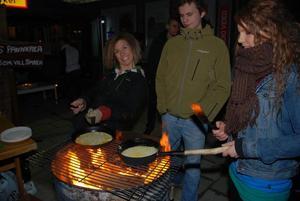 Mellan klockan åtta på kvällen fram till klockan tre på natten gräddas pannkakor på Långgatan, i Salemkyrkans regi.