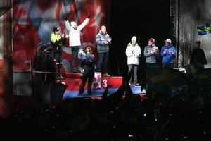 Johan Olsson tar emot guldmedaljen på Stora Torget i Falun. Han har sällskap av Frankrikes Maurice Manificat och Norges Anders Gløersen på prispallen samt fyran Marcus Hellner, femman Finn Haagen Krogh från Norge och sexan Bernhard Tritscher från Österrike.