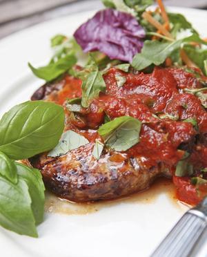 Grillade fläskkotletter med italiensk tomatsås som inte kan ha för mycket basilika.