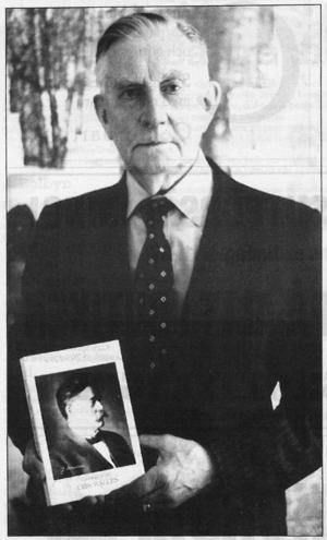 Erik Walles (1903-91), var så mån om sin nazistiska historia att han donerade den till Riksarkivet. Han var medlem i Sverigedemokraterna till sin död och hyllades i deras nyhetsbulletin.