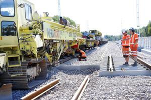 Kampen mot klockan. Just nu jobbas det för fullt för att få klart järnvägen mellan Skutskär och Furuvik tills på fredag. Spårmaskinen, den enda i sitt slag i Europa, lägger ut 100-200 meter järnvägsspår i timmen.