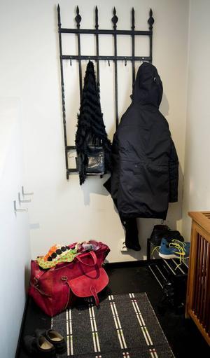 I hallen hänger man jackorna på husets gamla järngrind.