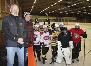 Rolf Laki och Jan Christer Nilsson tillsammans med spelare från Skogsbo SK.