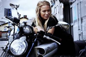 Michaela Wallin på pappans motorcykel.