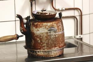 Väl inkokt. Det är kok-kaffe som gäller på kaféet, och kaffepannan är väl inkörd.