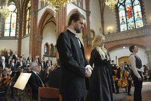 Anders Falbe och Anna Hanning koncentrerar sig inför uppgiften.