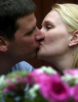 Säger ja. På lördag gifter sig Elin Rann och Sloan Wobbeking i Stora Tuna kyrka. Foto:Johan Larsson
