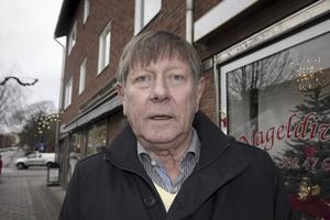 Rune Näsvall, 69 år,       pensionär, Fagersta: – Vi har ingen gran inne bara ute. Och det är en äkta. Äkta ska det vara tycker jag!