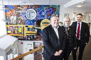 Europachefen John Pearson, till vänster, var på torsdag och fredag för första gången på besök hos DHL i Ljusdal. Här syns han tillsammans med marknadschef Ann Christin Johansson och svenske vd:n Ted Söderholm.