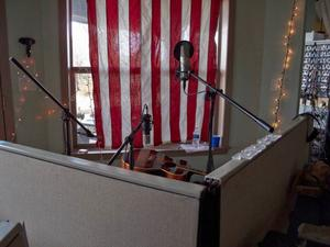 I det här lilla uppbyggda båset, med amerikanska flaggan över fönstret, stod Ellen Sundberg och spelade in sina låtar.