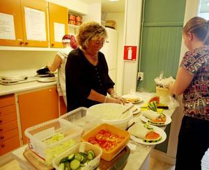 Ann Marie Bergsten och Maria Busk hade fullt upp med att bre Ytterbergsmackor, en skapelse i hembakat tunnbröd fyllt med en speciell skinka, creme fraiche, purjolök och många andra godsaker.