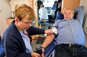 Blodtryck. Eva Wikberg tar blodtrycket på Anders Swenson. Den mobila enheten erbjuder också influensavaccinering och hälsosamtal.