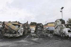 flera bilbränder i helgen. Under natten till lördagen brann fem bilar och sex skadades på Bäckby. Fler bilbränder inträffade  under natten till söndagen. Foto: Frida Nygren