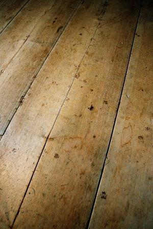 De handhyvlade golvplanken fick bäras ut när grunden skulle skottas ren från gammal jord och bråte.