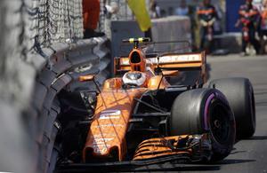 Stoffe Vandoorne, McLaren, kraschade precis i slutet av andra kvalomgången – vilket förstörde hela kvalet för Lewis Hamilton som låg bakom och tvingades lyfta av på sitt första och enda snabba varv i andra kvalomgången.