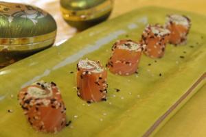 Små laxrullar med wasabikräm är naggande goda.
