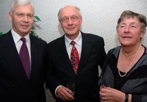Bengt Welin, tidigare sjukhuschef, syns här omgiven av före överläkaren Arvid Levenhaupt och Inga Lill Loman.