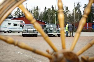 Än i dag spinner en gammal Mercedes220 SE från 1962 och Rover 75 från 1949.