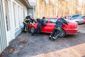 Räddningstjänsten och polis rullade undan bilarna från förskolan.