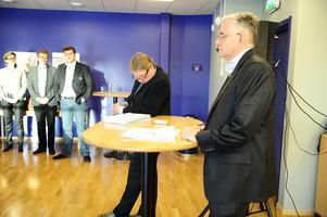 Med på presskonferensen som startade klockan 13 Annika Nygårds, Leksands Sparbank, Mats Ek, ekonomiansvarig inom LIF, klubbdirektören Anders Doverskog, ordförande Sven Rosén och rekonstruktören Mats Emthén.