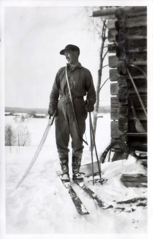 """EN EGENSINNIG SKIDFANTAST. Johan Larsson visste var han skulle bygga sin backe. Han var född och uppväxt intill berget och hade deltagit i de stora backtävlingarna på sin motorcykel. """"Han var före sin tid med mycket"""", säger dottern Gun om sin far som föddes 1907 och dog 1987."""