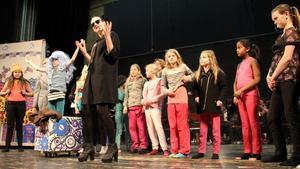 Den hänsynslösa makthungriga Ursula (Tova Anderberg-Wallin) värmer upp tillsammans med Kulturskolans dramaelever.