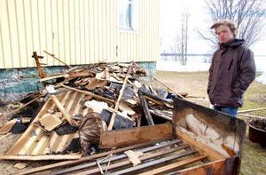 """Vid huset står flera av Ola Höglunds saker, bland annat hans säng. """"Allt som fanns i mitt rum är förstört. Jag hade en värdefull tavla som förstördes"""", säger han."""