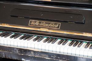 Det svarta pianot från Gefle Pianofabrik är runt 100 år gammalt.