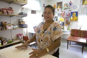 Sombun Phitphak följer nyheterna om vad som händer i hemlandet.