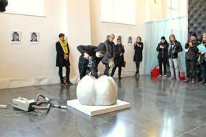 Konstnären Linda Svedberg utförde sin performance