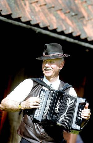 HÖLL I GÅNG. Inge CarlÈn med slokhatten var en av alla spelmän som kom till spelmansstämman på Lundgrens gammelgård.