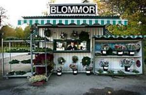 I 70 år har den lilla anonyma blomsterkiosken legat strategiskt på Västra vägen mitt emellan Gamla kyrkogården och sjukhuset. Foto: ANNAKARIN BJÖRNSTRÖM