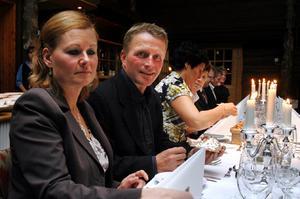 Anders Backskog och Maria Strömstedt fick tillsammans med ett 70-tal övriga företagare, politiker och tjänstemän i går njuta av en trerättersmiddag när Berg delade ut Guldstjärnor till årets serviceperson och årets företag.