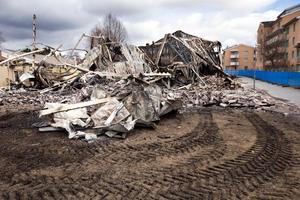 Dagarna efter branden – bilden visar förödelsen. Av idrottshallen återstod bara ruiner. Brandmännen lyckades rädda kringliggande byggnader men idrottshallen var bortom all räddning redan när första brandbil kom fram till platsen.