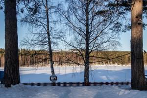 Utsikten från kökets stora dörröppning leder ned mot sjön.