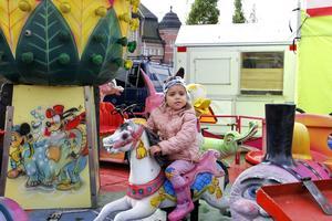 Yasmine Sokolov gillade karusellen på marknaden.