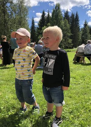 Mysigt midsommarfirande i Karlberg, bästa kompisarna: Oskar Holm o Filip Andersson ifrån Norberg. Foto: Therese Andersson