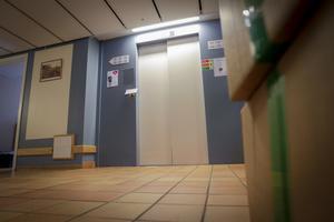 Ett elavbrott och efterföljande överbelastning gjorde att hela styrsystemet i Backsippans hiss slogs ut.