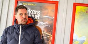 Niklas Ohlson på eventföretaget Happy Sveg, som kör bion på orten, framför affischen för
