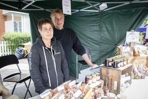 Inger Bergsman och Mats Nygren säljer hemgjorda produkter som sylt, friterat tunnbröd och skorpor.