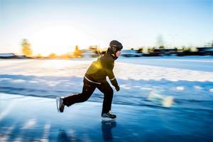Många är det som längtat efter att rundbanan på Skyttis ska öppna. Kevin Eriksson från Örnsköldsvik tar säsongens första skär.