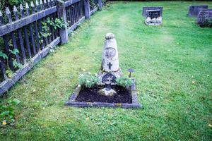 Stenen som den välkände, naivistiske hälsingekonstnären Lim-Johan gjorde till sin mor – och själv bar till gravplatsen – finns på Mattsmyra kyrkogård.