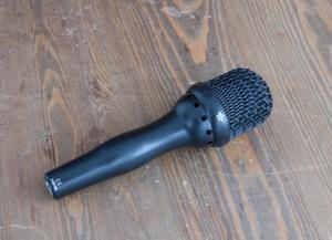 Göran Ehrlunds kunder har efterfrågat en handmikrofon. I dagarna drar tillverkningen av de första exemplaren igång.