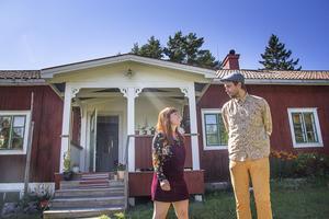 Josefine Arnar och Dan Palmqvist gick emot den urbana strömmen och flyttade till ett torp i Delsbo för att satsa på självhushåll.