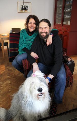 Luciana Provenzano och Frédéric Kosicki med sin kund Maggie som är av rasen old english sheepdog.